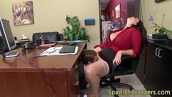 Mujer cachonda follada con su personal en la oficina