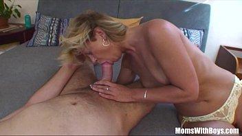 Sexy rubia mamá le hace una mamada a su hijastro