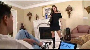 Chica joven sexy seduce a su padrastro