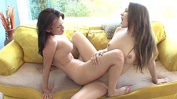 Dos mujeres lesbianas en posición de tijeras