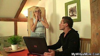 Se folla a la suegra amante del porno